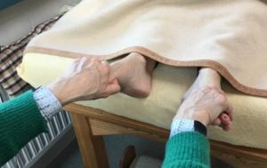 Reflexzonentherapie am Fuß - bimanueller Griff